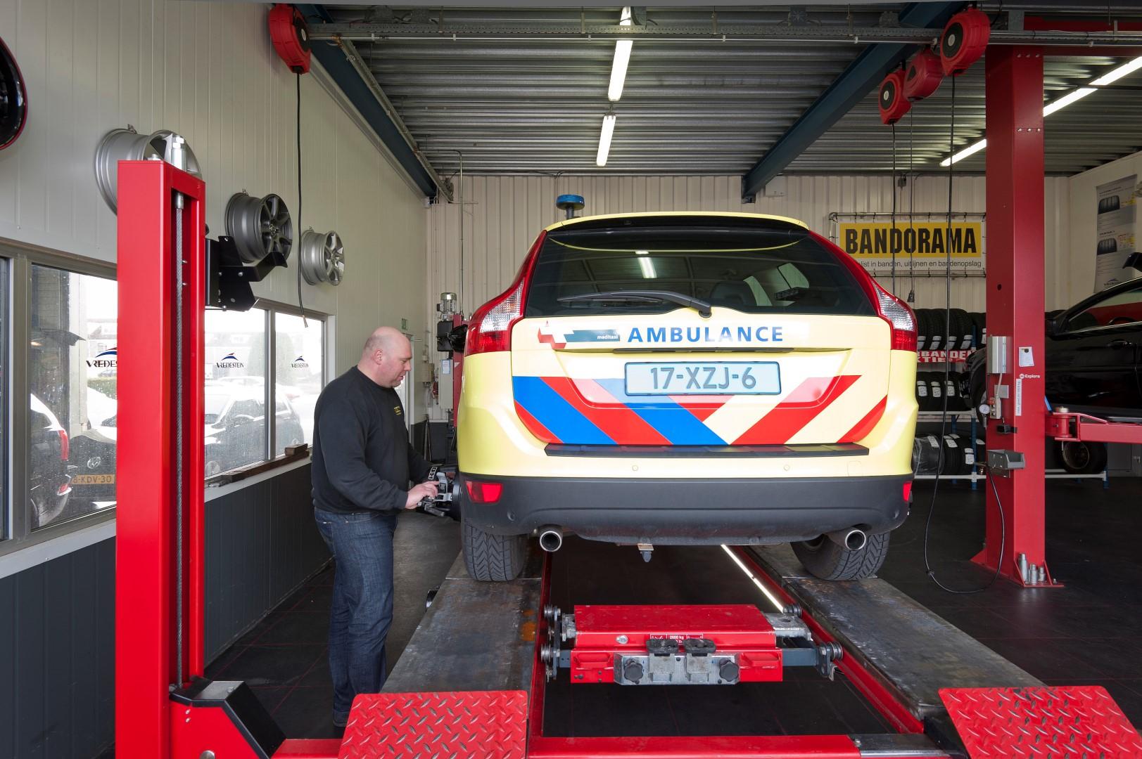 Met geavanceerde apparatuur meten wij de stand van uw banden om de auto uit te kunnen lijnen
