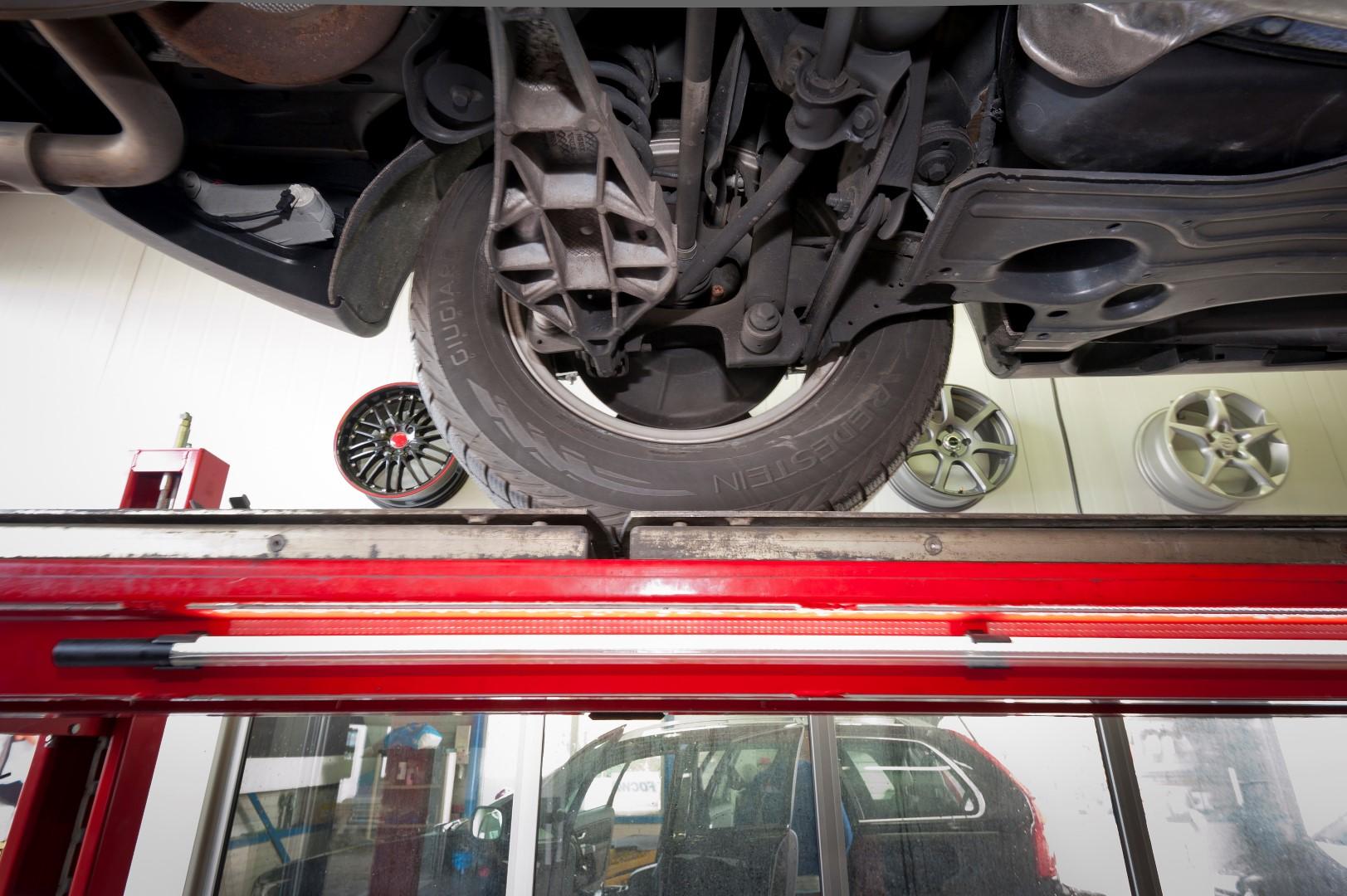 De blokjes van Sistema Gopren worden tussen de veren van uw auto, camper of caravan geplaatst